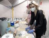 Miss Polonia 2019 Karolinia Bielawska gotowała wielkanocne potrawy dla bezdomnych dla akcji Zupa na Pietrynie ZDJĘCIA