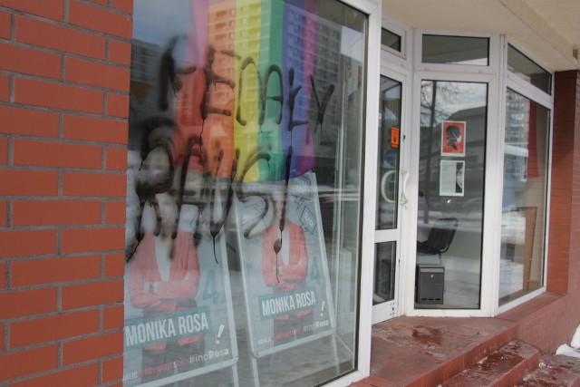 Pedały raus! Umorzono dochodzenie w sprawie wulgarnego napisu na witrynie biura poselskiego Moniki Rosy w Katowicach.Zobacz kolejne zdjęcia. Przesuwaj zdjęcia w prawo - naciśnij strzałkę lub przycisk NASTĘPNE