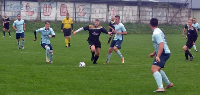 W starciu Lubziny (na czarno) z innym spadkowiczem, Kawęczynem, padły cztery gole i mecz zakończył się podziałem punktów