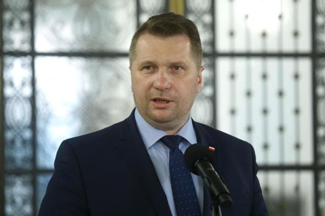 Przemysław Czarnek minister edukacji narodowej ogłosił, że nauczyciele mają otrzymać bony o wartości 500 złotych, które mają posłużyć między innymi na pokrycie kosztów zakupu sprzętu informatycznego