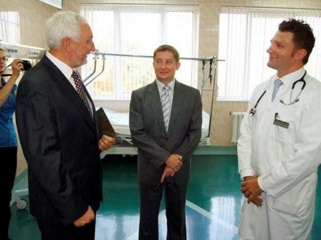 Tomasz Kuss (w środku) nie jest już zastępcą dyrektora szpitala ds. lecznictwa. Te obowiązki przejmie od 16 maja Michał Skowroński (z prawej; na fot. z L. Palką - dyr. oddz. Lafarge)