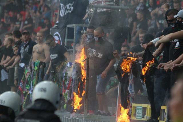 Mecz GKS Tychy - GKS Katowice zakończony. W trakcie meczu kibice GKS Tychy próbowali prowokować kibiców GKS Katowice. Do najpoważniejszych wydarzeń doszło w momencie, gdy rozpoczęli palenie flag GieKSy