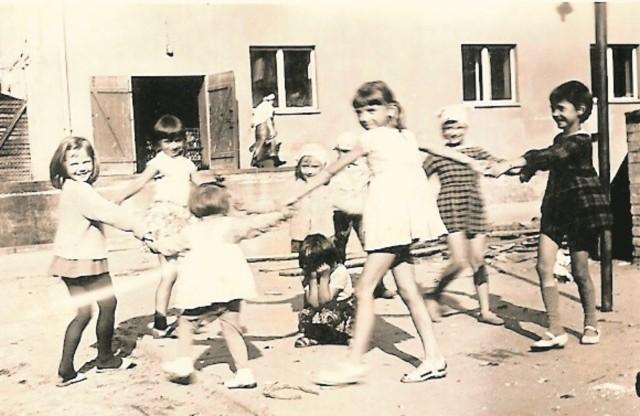 - Trzepak stanowił ścisłe centrum podwórka. To tutaj organizowane były wszystkie zabawy. No i proszę zwrócić uwagę, że dziewczynki bawiły się w spódniczkach - zaznacza pani Beata.