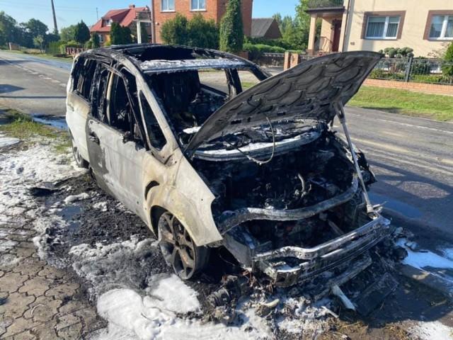 Doszło do pożaru samochodu osobowego w miejscowości Kwileń, w akcji gaśniczej uczestniczyli strażacy z trzech jednostek.