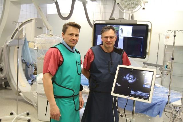 Aleksander Włodarczyk i Marek Goebel – kardiolodzy z Bytomia przy testowanym urządzeniu