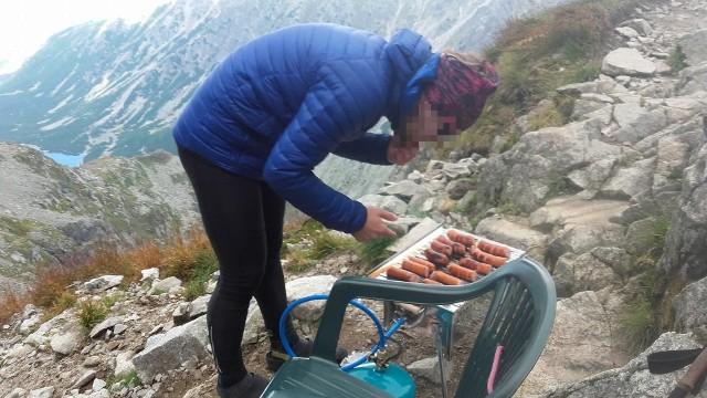 W Zakopanem miejsca do grillowania jest pełno, ale zazwyczaj przy prywatnych pensjonatach. Jednak gdyby komuś wpadło do głowy, żeby upiec sobie kiełbaski w Tatrach - lepiej niech zaniecha tego pomysłu. Grillowanie czy palenie ognisk na terenie Tatrzańskiego Parku Narodowego jest zabronione. Dotyczy to zarówno dolinek, jak i szczytów. Przekonali się o tym przed dwoma laty młodzi turyści, który zorganizowali sobie grilla na... Zawracie.