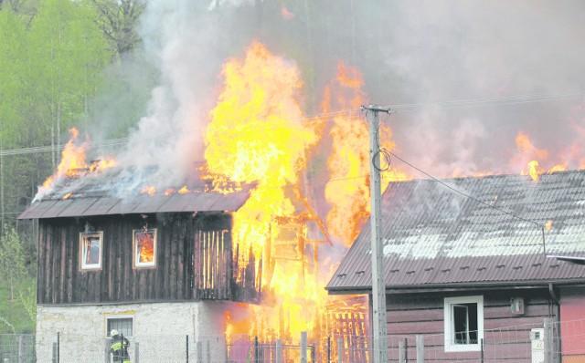 Sierżant sztabowy Piotr Grucel wszedł do płonącego domu i odciął przewód łączący butlę z gazem z kuchenką, żeby zapobiec wybuchowi. Sierż. Sławomir Cepielik wybił szybę kamieniem, który leżał pod oknem. Dzięki temu udało się wyciągnąć obydwie osoby