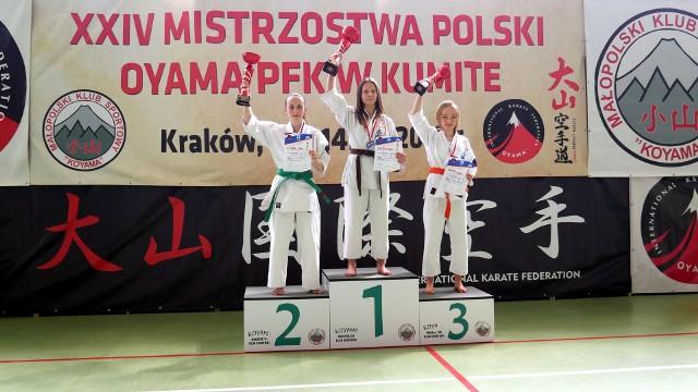 Malwina Matyjanek (w środku) mistrzyni Polski w karate oyama 14-16 lat w Krakowie.