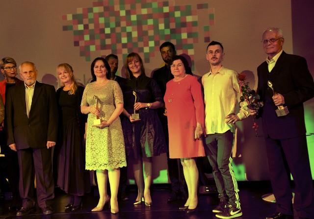 Dziś wieczorem ośmioro laureatów odebrało nagrody Marszałka Województwa Podlaskiego w dziedzinie twórczości artystycznej, upowszechniania i ochrony kultury. To pamiątkowa statuetka i 8 tys. zł. Klikając w kolejne zdjęcia zobaczysz całą relację z imprezy