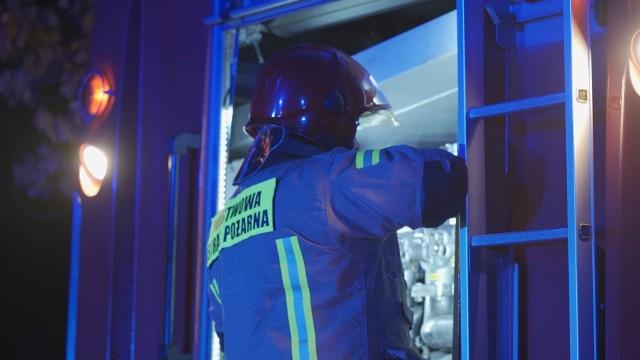 Gaszenie pożaru trwało do rana. Akcja strażaków nie należała do łatwych - w warsztacie znajdowały się butle z gazem.