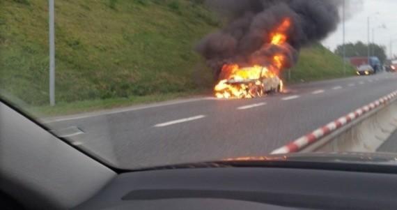 Płonący samochód na A4 w Rudzie Śląskiej