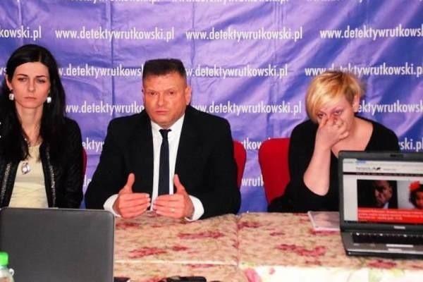 Krzysztof Rutkowski zorganizował dziś w Warszawie konferencję prasową na temat porwań rodzicielskich w Polsce. Na konferencji była m. in. Marta Swinarska, mama Krysi (z prawej).