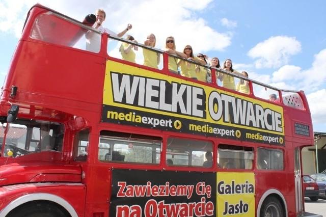 16 maja klientów do sklepu Media Expert będzie dowoził angielski autobus piętrowy. Fot. Media Expert