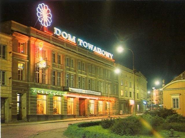 """Powszechny Dom Towarowy (PDT) """"Nowy"""" przy Rynku Kościuszki z neonami"""