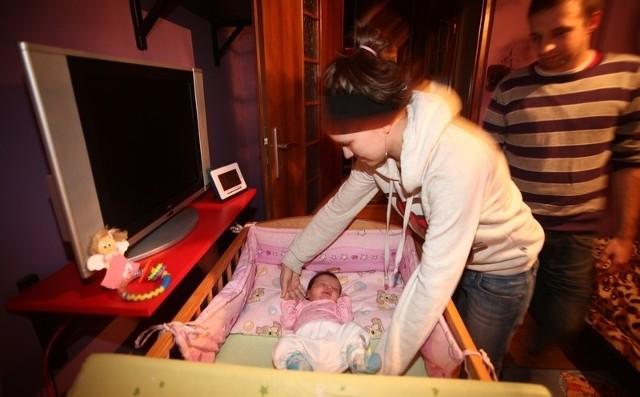 Nikola w czasie porodu zachłysnęła się wodami płodowymi. Potrzebne są jej badania i konsultacje u specjalistów, ale w Łodzi na ten rok nie ma już wolnych terminów.