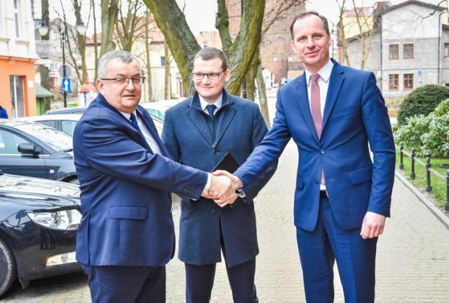 Od lewej: Andrzej Adamczyk - minister infrastruktury, Paweł Szefernaker - wiceminister MSWiA, Krzysztof Frankenstein - burmistrz Sławna