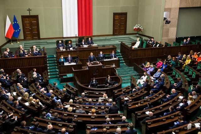 Ogromne podwyżki dla posłów, ministrów i prezydenta. W czwartek do Sejmu trafił projekt ustawy, który zmienić ma płace dla posłów, ministrów, premiera, prezydenta i innych polityków. Ile zarobią politycy po podwyżkach? Zobaczcie stawki na kolejnych stronach ---->