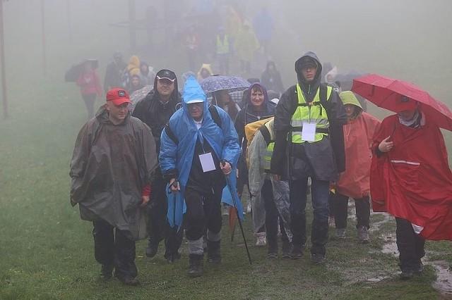 Płaszcze przeciwdeszczowe i parasolki były niezbędnym wyposażeniem turystów na sobotnim rajdzie. W 16. edycjach rajdu tak deszczowa pogoda była tylko na jednym z pierwszych rajdów.