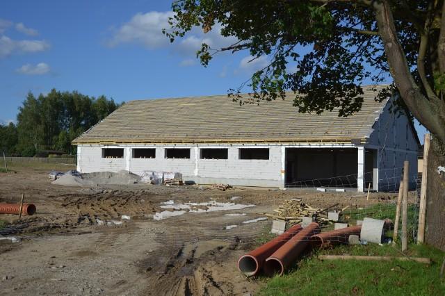 W Droszkowie miesiąc temu ruszyła budowa marketu. Dziś bryła budynku już stoi, a budowlańcy przymierzają się do położenia dachu. W Droszkowie miesiąc temu ruszyła budowa marketu. Dziś bryła budynku już stoi, a budowlańcy przymierzają się do położenia dachu. Market Dino powstaje na gruncie prywatnym, na obrzeżach Droszkowa. Budowa ma zakończyć się we wrześniu, a pierwsze zakupy mieszkańcy będą mogli zrobić w październiku. Zobacz też: Winobranie 2017. Znamy program Winobrania! Kto wystąpi w Zielonej Górze?