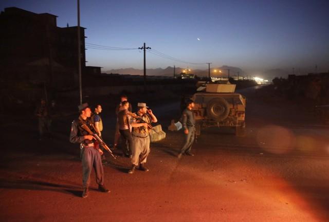 Afgańska policja blokuje dostęp do drogi, na której doszło do eksplozji ciężarówki. Do ataku doszło 01.08.2016 niedaleko hotelu w Kabulu gdzie zatrzymywali się turyści.