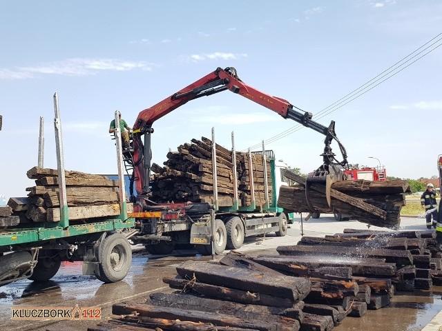 Gaszenie przewożonych ciężarówką podkładów kolejowych w Ligocie Dolnej.