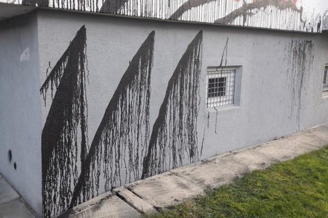 Na ul. Tuszyńskiej policjanci zatrzymali na gorącym uczynku dwóch młodych mężczyzn w wieku 16 i 18 lat, którzy oblewali elewacje budynków oleistą cieczą, aby zasłonić znajdujące się tam napisy o treści pseudokibicowskiej. Grozi im do 5 lat więzienia.WIĘCEJ ZDJĘĆ I INFORMACJI - KLIKNIJ DALEJ
