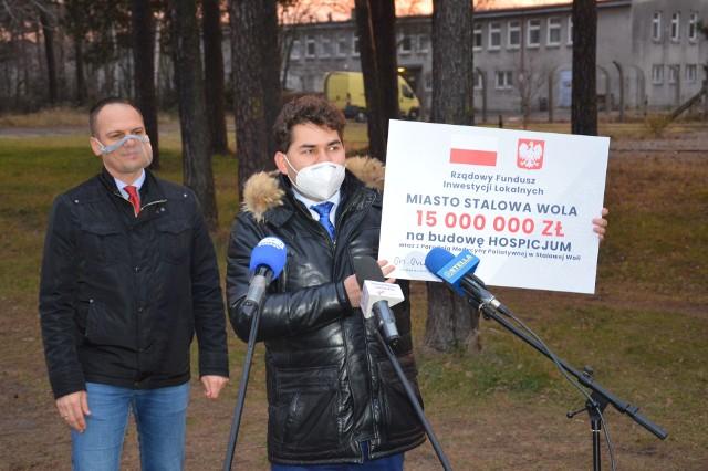 Prezydent Lucjusz Nadbereżny prezentuje symboliczny czek od rządu na budowę hospicjum, obok minister Rafał Weber