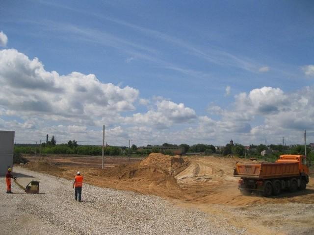 Ciężki sprzęt na placu budowy galerii Galardia w StarachowicachNa łąkach koło Targowiska Miejskiego w Starachowicach trwają intensywne prace ziemne przygotowujące teren do rozpoczęcia budowy galerii Galardia.