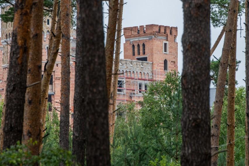 Sama budowa zamku zlokalizowana jest w Puszczy Noteckiej,...