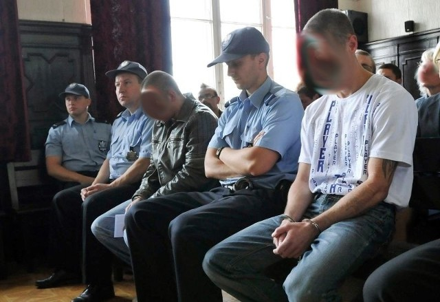 Oskarżeni (od lewej z zamazanymi twarzami) Dariusz Sz. i Przemysław K. na sali Sądu Okręgowego w Bydgoszczy. Mężczyźni, którym inowrocławska prokuratura zarzuca zabójstwo 17-letniej Sylwii Cz. przed 15 laty, nie ustają w składaniu wniosków o wypuszczenie z aresztu. Sąd konsekwentnie odmawia.