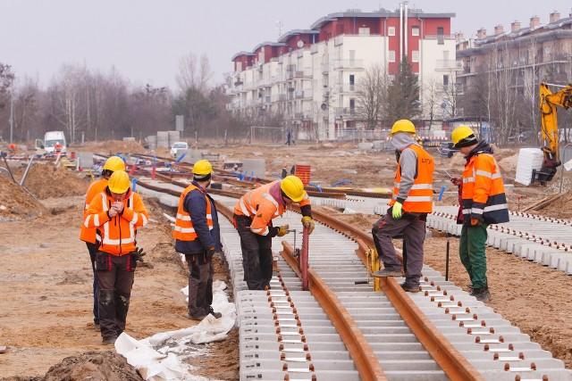 Trwa budowa trasy tramwaju na Naramowice - w rejonie ul. Bolka układane są tory, a od soboty 20 marca zmiany w organizacji ruchu obejmą rejon Lechickiej i Dworskiej