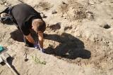 Prokuratura i policja wyjaśnia tajemnicę ludzkich kości w Surażu. Znalazł je archeolog [ZDJĘCIA]