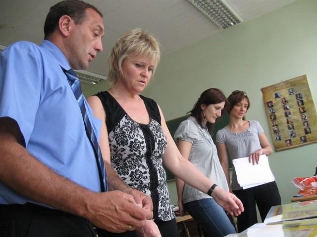 Aneta Bielińska, Justyna Małczak i Magda Król, pod okiem dyrektora Wiesław Krukowskiego przygotowują wystawę z historii szkoły.