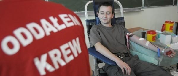 - To nic nie boli - przekonuje Adrian Galambasz, który krew oddawał po raz pierwszy.