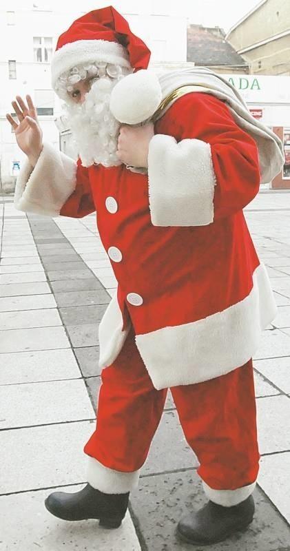 Marcin Wiśniewski jest aktorem Lubuskiego Teatru. W Mikołaja wciela się piąty rok, znamy go też jako Bachusa. Ma żonę Małgosię i dwoje maluchów: Michała(1,5 roku) i Marcelinę( 3,5 roku). Dzieci nie widzą, że ich tata jest Mikołajem.