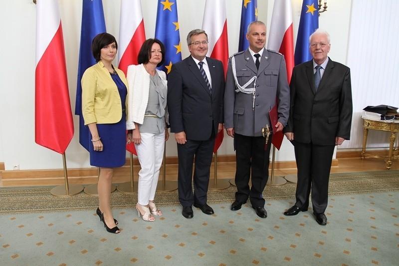 Sławomir Mierzwa (drugi od prawej) z Bronisławem Komorowskim.