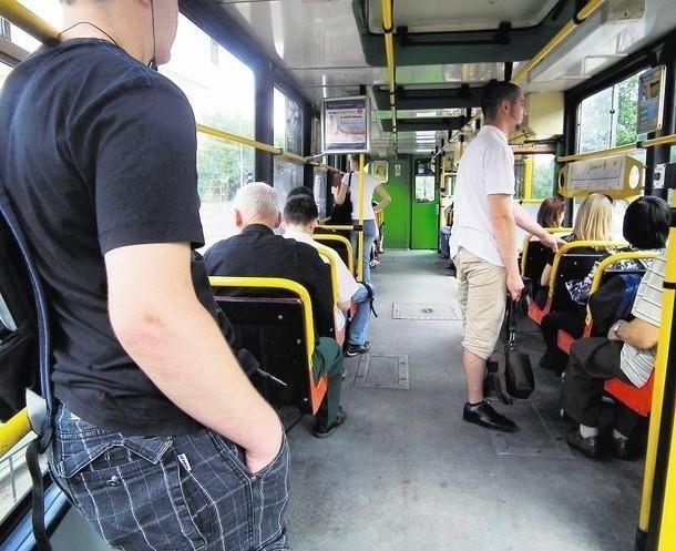 Według MPK - w najstarszych typach tramwajów temperaturę można obniżyć jedynie poprzez otwarcie okien lub uchylenie luków znajdujących się w suficie pojazdu