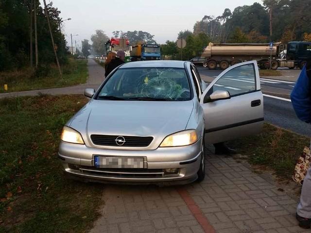 Do potrącenia kobiety doszło w środę, 10 października, z samego rana na przejściu dla pieszych w Jeninie koło Gorzowa. Piesza była już na pasach. Wtedy potrącił ją 65-letni kierowca opla astry. Na miejsce została wezwana ekipa karetki pogotowia ratunkowego. Ranna kobieta została przewieziona do szpitala. Na miejscu wypadku pracują policjanci z gorzowskiej drogówki. – Dojeżdżając do przejścia dla pieszych kierowca musi być pewien, że nie ma na nim osób pieszych – mówi nadkom. Marek Waraksa, naczelnik gorzowskiej drogówki.Nowa Sól: Nożownik ranił 15-latka. WIDEO: