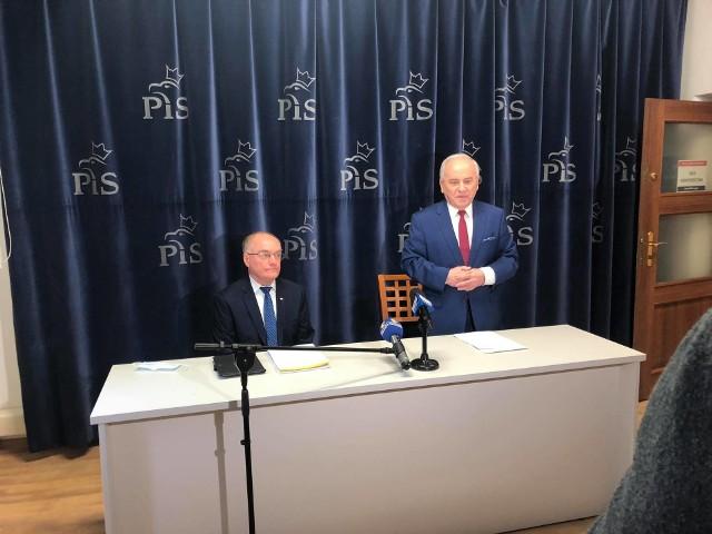 Posłowie PiS Andrzej Szlachta (stoi) i Adam Śnieżek podczas piątkowej konferencji prasowej, na której zapewniali o poparciu ich partii dla Ewy Leniart, która powalczy o prezydenturę w Rzeszowie