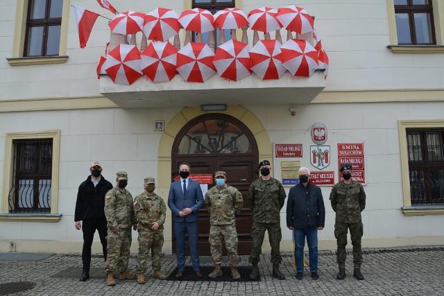 Burmistrz Sulechowa Wojciech Sołtys spotkał się w ratuszu ze stacjonującymi w Żaganiu żołnierzami US Army. Rozmowy dotyczyły nawiązania współpracy w zakresie kultury, turystyki oraz promocji.