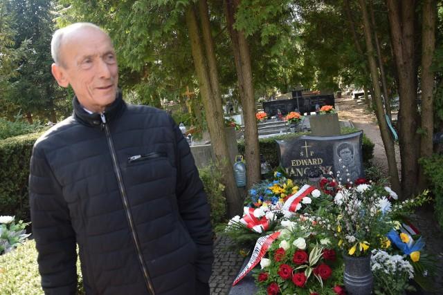 W sobotę 30 marca grupa byłych żużlowców – nie tylko Stali Gorzów – uczciła pamięć Edwarda Jancarza. Wczesnym popołudniem byli zawodnicy pojawili się na cmentarzu przy ul. Żwirowej w Gorzowie, by złożyć kwiaty i pomodlić się nad grobem legendarnego zawodnika Stali. Zmarł on tragicznie 11 stycznia 1992 r. Został pochowany a Alei Zasłużonych na gorzowskiej nekropolii.By uczcić jego pamięć, przy grobie Jancarza pojawili się m.in. Zenon Plech, Andrzej Pogorzelski, Andrzej Wyglenda, Antoni Fojcik, Bogusław Nowak, Jerzy Rembas i inni byli żużlowcy oraz działacze żużlowi.Kwiaty złożyła też minister Elżbieta Rafalska, wojewoda Władysław Dajczak, poseł Jarosław Porwich oraz działacze gorzowskiej Solidarności.W niedzielę 31 marca na stadionie w Gorzowie, który nosi imię legendarnego żużlowca, odbędzie się XVI Memoriał Edwarda Jancarza.Zobacz też wideo: Trener Stali Gorzów Stanisław Chomski po sparingu z GKM Grudziądz