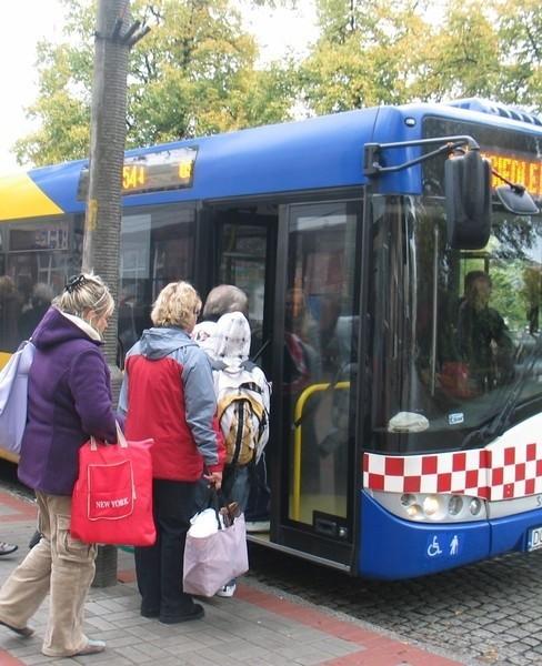 Regulamin Komunikacji Miejskiej nie jest wyrozumiały dla zapominalskich, którzy mają wykupioną kartę na wszystkie linie autobusowe bez ograniczeń limitowych przez cały miesiąc. Ale być może tę sytuację zmieni rada miejska.