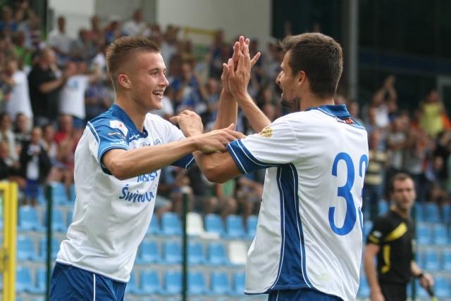 Arkadiusz Reca (z lewej) wraz z Sebastianem Olszarem cieszy się z bramki zdobytej w zremisowanym 2:2 meczu z Chrobrym Głogów.