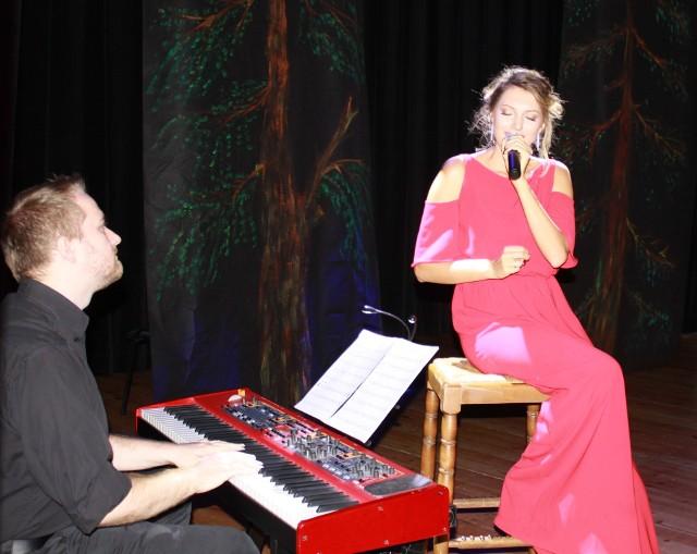 Wraz z Joanną Aleksandrowicz śpiewali wszyscy: seniorzy, wójt, realizatorzy dźwięku i fotografowie!
