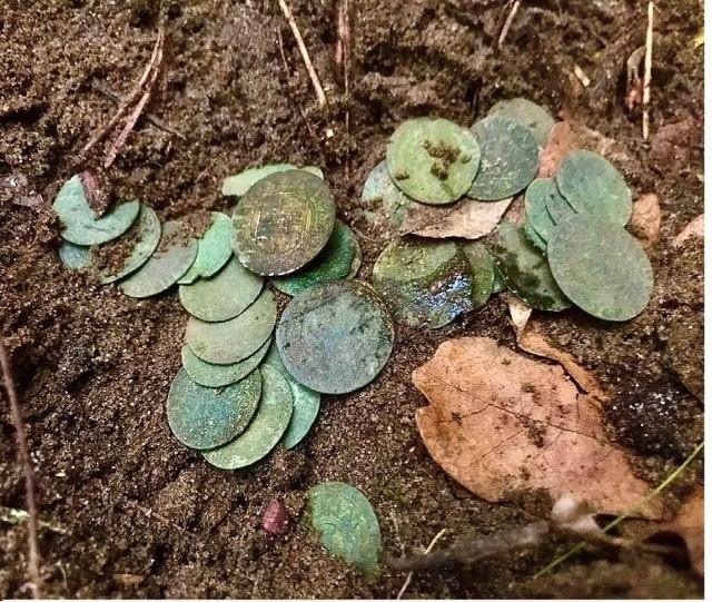 Członkowie Grupy Historyczno-Eksploracyjnej Weles nie próżnują. Kilka tygodni temu o odkrywcach zrobiło się głośno, gdy w gm. Wielka Nieszawka pod Toruniem znaleźli uprząż końską sprzed ponad 2500 lat. W ostatnich dniach członkowie grupy natknęli się na kolejne skarby. Co znaleźli tym razem?