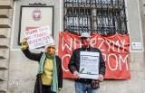 """""""Odważny i konieczny czyn"""": Pikieta przed gdańskim sądem w obronie mężczyzn, którzy obalili pomnik ks. Jankowskiego"""