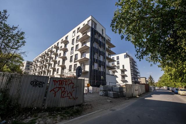 Tak obecnie wygląda inwestycja Saperska 30. Bloki są gotowe w 90 proc., ale po zerwaniu umowy z głównym wykonawcą, oddanie mieszkań opóźni się o kolejne miesiące.