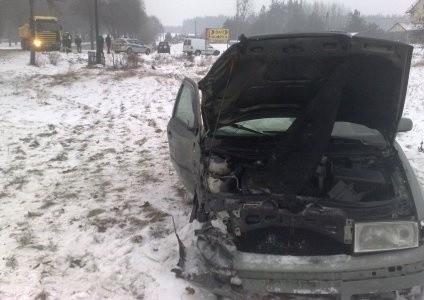 Kierowca skody chciał wyprzedzić tira (w tle). Omal nie doszło do tragedii.
