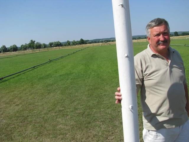Leszek Glezer z Pławina rok temu za własne pieniądze wyremontował płytę wiejskiego boiska.