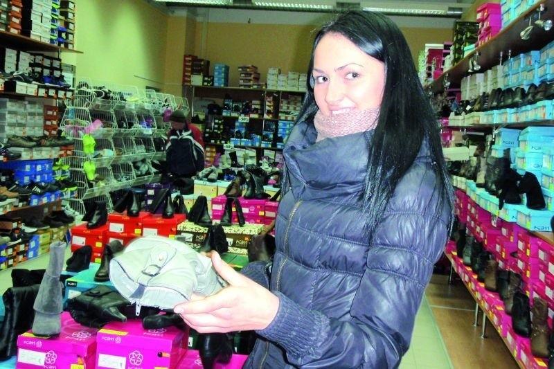 Justyna Twarowska z Łomży przyznaje, że w galerii częściej towar ogląda niż kupuje. Jeśli już, to kieruje się głównie ceną. Kryterium czy sklep należy do lokalnego przedsiębiorcy, czy do dużej sieci nie jest dla niej decydujące.